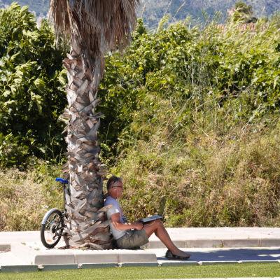 Jonathan Riikonen palmun alla maantien vieressä.