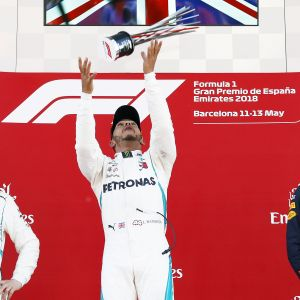 Lewis Hamilton firar f1-seger.