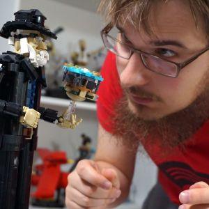 Eero Okkonen on rakentanut Terry Pratchettin legoista.