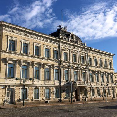 Korkein oikeus on toiminut vuodesta 1934 lähtien Helsingissä Kauppatorin laidalla, Presidentinlinnan naapurissa osoitteessa Pohjoisesplanadi 3.