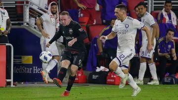 Wayne Rooney med bollen.