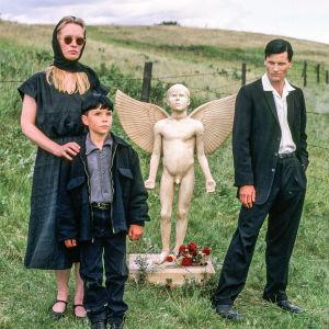 PR-kuva elokuvasta Lapsuuden loppu eli The Reflecting Skin (1990).