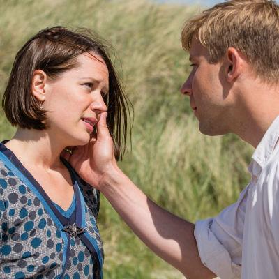 Amanda och Max på stranden i dramaserien Badhotellet