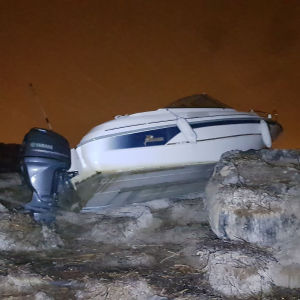 Båt som kört upp på land.