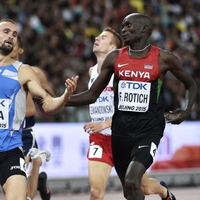 Ferguson Rotich löper bredvid Ferguson Rotich i VM i Peking.