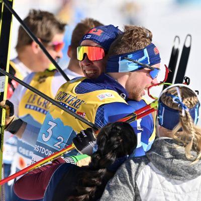 Ristomatti Hakola ja Joni Mäki saavuttivat molemmat sunnuntaina ensimmäisen arvokisamitalinsa, hopeaa, aikuisten tasolla.