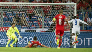 Danny Welbeck gör mål mot Schweiz.