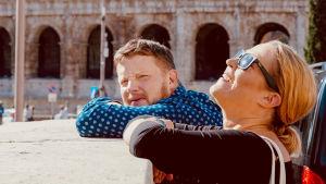 Micke och Lotten i Italien. Lotten tittar uppåt och kisar mot solen.