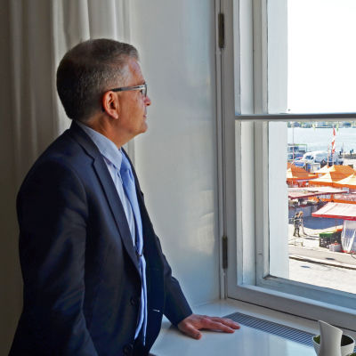 Stadsdirektör Jussi Pajunen tittar ut genom sitt fönster, som vetter mot Salutorget.