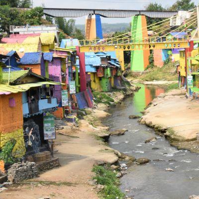 Vy från en färggrannt målad slum i Malang, Indonesien