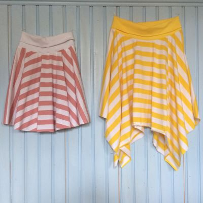 Två randiga kjolar upphängda på en vägg