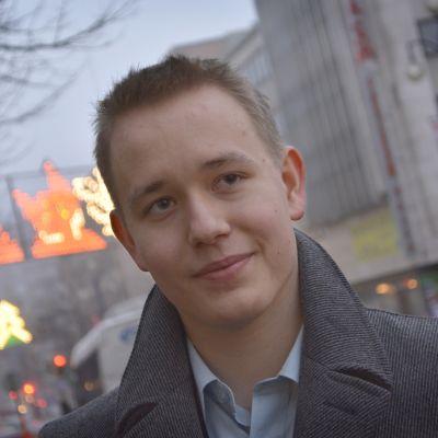 Kimi Uosukainen Lahden keskustassa, katselee Aleksanterinkadun liikennettä.