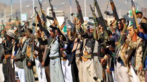Jemenitiska män i Sanaa visar sitt stöd för Huthi-rörelsen som bekämpar den saudiledda interventionen i Jemen