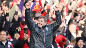 Kenny Dalglish sträcker upp händerna.
