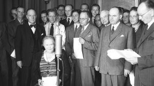 Hella Wuolijoki yleisradiolaisten ympäröimänä (1946.