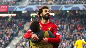 Mohamed Salah omfamnas av en lagkamrat.