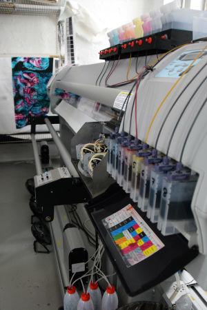 Maskin som framställer digitala tygtryck.