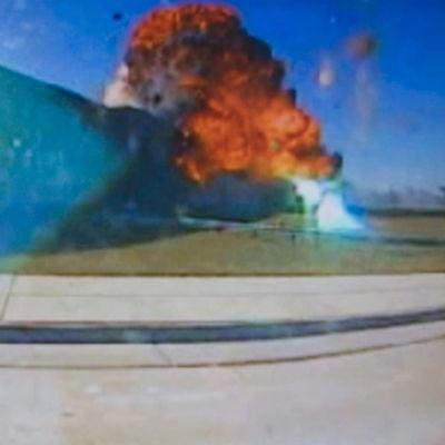 Bild på när ett flygplan kör in i USA:s försvarsministerium och exploderar.
