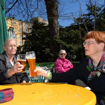 Olutseura Befun jäsen Kaija Halme (oikealla) nostaa tuopin Metrolle ystäviensä Jouko Tallimäen ja Aino Lindforsin kanssa.