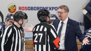 Finlands förbundskapten Jukka Jalonen förhandlar med domarna i den ryska EHT-turneringen som spelades före jul.