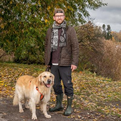 Liam Fahy ulkoiluttamassa koiraansa.