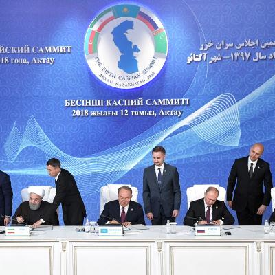 Ledarna för fem länder undertecknar den 12 augusti 2018 en överenskommelse om Kaspiska havet.