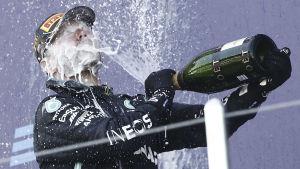 Valtteri Bottas sprutar champagne.