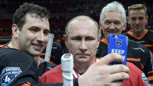 Roman Rotenberg, Gennadi Timtshenko ja Vladimir Putin ottavat itsestään selfie-kuvaa.