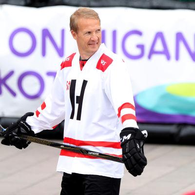 Mika Kortelainen spelar gatuhockey.
