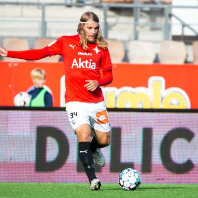 Tuukka Andberg med bollen
