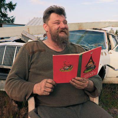 Täällä romujen keskellä riittää, kun tuntee metallit. Ei täällä lukutaitoa tarvita, Mika Siirilä nauraa.