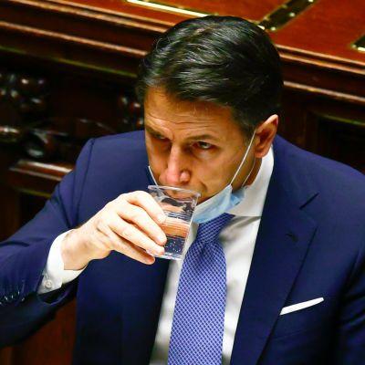Italiens premiärmMinister Giuseppe Conte tar en klunk vatten 18.1.2021då han talar till underhuset