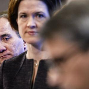 Sveriges statsminister Stefan Löfven tittar över axeln på Moderaternas partiledare Anna Kinberg Batra.