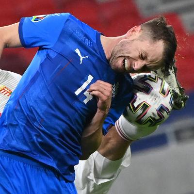 Kari Arnason, Island och Adam Szalai, Ungern kämpar om bollen