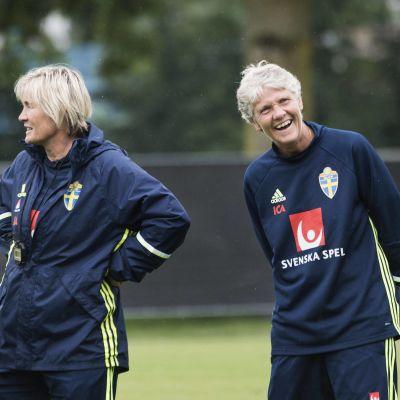 Pia Sundhage tillsammans med Lilie Persson.