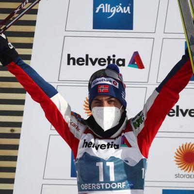 Heidi Weng tuulettaa MM-hopeaansa kädet ylhäällä.