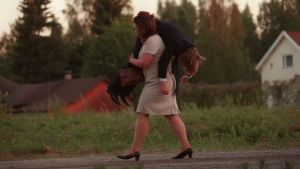 Kaisun ja Ernin (Kaarina Hazard ja Mika Nuojua) onnea varjostavat siipeilevät sukulaiset ja monet muutkin esteet.
