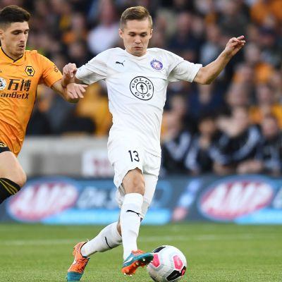 Wolverhamptons Ruben Vinagre försöker stjäla bollen av FC Pjuniks Stanislav Efimov.