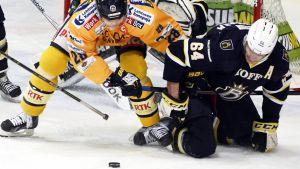 Janne Niskala kämpar med Olli Malmivaara