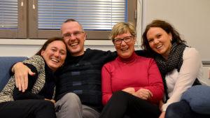 Fredagssnackarna tillsammans med dagens studiovärdar. Från vänster Tove Virta, Dan Ifman, Lea Adolfsson och Veronica Montén.