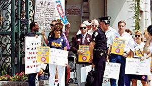 Demonstranter med plakat mot Body Counts skivbolag för låten Cop Killer, USA 1992.
