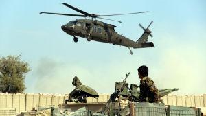 En Natohelikopter vid en militärbas i Afghanistan.