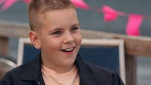 Nuori poika, Junnu, iloisena nähdessään idolinsa Mikael Gabrielin.