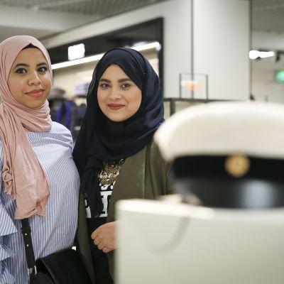 Nordsjö gymnasiums abiturienter Aya Elshafei och Hala Eltapgi väntar med iver på nästa vecka när de får klä på sig de nya studentmössorna.