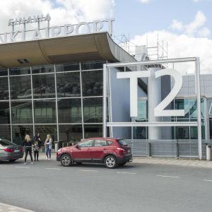 Parkerade bilar utanför terminal 2 vid Helsingfors-Vanda flygplats