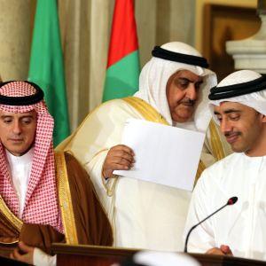 Saudiarabiens utrikesminister Adel al-Jubeir (till vänster), Bahrains utrikesminister  Khalid bin Ahmed al-Khalifa (i mitten) och Förenade arabemiratens utrikesminister Abdullah bin Zayed al-Nahyan under en presskonferens i Kairo 5.7.2017.