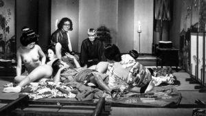 Ohjaaja Nagisa Oshima (takana keskellä) elokuvan Aistien valtakunta kuvauksissa