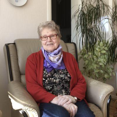 Anneli Kallio istuu nojatuolissa