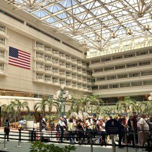 Köbildning till säkerhetskontrollen vid Orlando flygstation. I förgrunden en tom snabbfil.