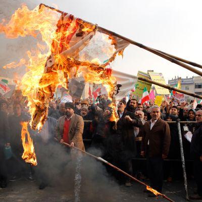 Hallintoa tukeva mielenosoitus Teheranissa Iranissa 25.11.2019. Mielenosoittajat polttivat Yhdysvaltain lippuja.